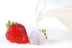 Strawberrys y leche Foto de archivo