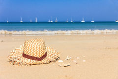Strawhat στη θερινή τροπική παραλία Στοκ εικόνα με δικαίωμα ελεύθερης χρήσης