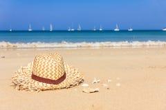 Strawhat en la playa tropical del verano Imagen de archivo libre de regalías