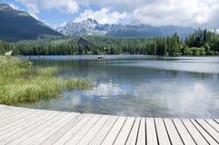 Strbske普莱索,高Tatras山,斯洛伐克,初夏早晨,湖反射,木码头 免版税库存照片