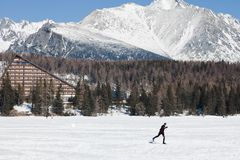 Strbske Pleso, Словакия, двадцатое Февраль 2017: Беговые лыжи на замороженной п стоковые фотографии rf