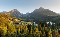 Strbske Pleso in alte montagne di Tatras con le rocce che si trovano sul g Fotografia Stock