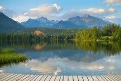 Strbske Pleso, bello lago in alte montagne di Tatras Fotografie Stock