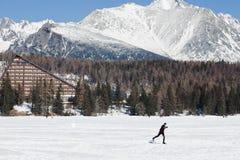 Strbske Pleso, Eslovaquia, vigésima En febrero de 2017: Esquí de fondo en superficie congelada del lago local fotos de archivo libres de regalías