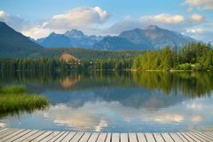 Strbske Pleso, lago bonito em montanhas altas de Tatras Fotos de Stock