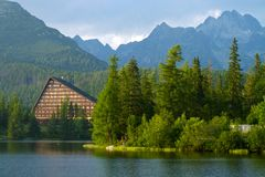 Strbske Pleso lake i kickTatras berg, Slovakien Arkivfoto