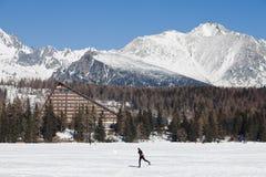 Strbske Pleso, Sistani, 20th Luty, 2017: Przez cały kraj narciarstwo na zamarzniętej powierzchni lokalny jezioro obrazy stock