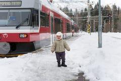 STRBSKE PLESO, SLOVAQUIE - 1ER NOVEMBRE 2017 : St heureux de garçon d'enfant en bas âge Images stock