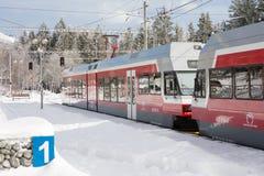 STRBSKE PLESO, SLOVAQUIE - 1ER NOVEMBRE 2017 : Train électrique moderne Photo stock