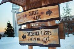 STRBSKE PLESO, SLOVAQUIE - 6 JANVIER 2015 : Signes en bois avec l'indication des destinations de touristes Image stock