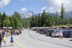 Strbske pleso Wysoki Tatras, Sistani, Lipiec,/- 9, 2017: Footpath i droga góry z samochodami i ludźmi, piękny dzień obrazy royalty free