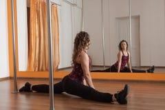 Sträckning lägger benen på ryggen, tvinnar för poldansen Royaltyfri Foto