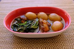 Streaky βρασμένα χοιρινό κρέας σάλτσα και αυγό σόγιας χοιρινού κρέατος Tong ήχων καμπάνας στοκ εικόνα