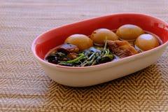 Streaky βρασμένα χοιρινό κρέας σάλτσα και αυγό σόγιας χοιρινού κρέατος Tong ήχων καμπάνας Στοκ εικόνα με δικαίωμα ελεύθερης χρήσης