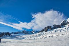 Streaky σύννεφα και μπλε ουρανοί πέρα από τον παγετώνα του Franz Josef στοκ φωτογραφία με δικαίωμα ελεύθερης χρήσης