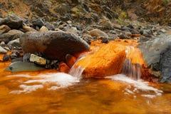 Streambed en color anaranjado con las piedras imagenes de archivo