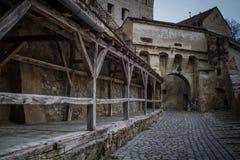 Streat som leder till en gammal slottport Royaltyfri Fotografi