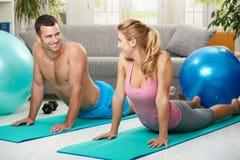Streching de couples abdominal Images libres de droits