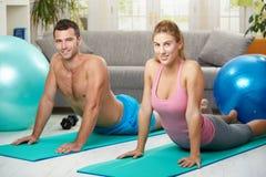 Streching de couples abdominal Photos stock
