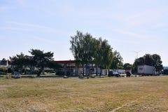 Strechov nad Sazavou, republika czech - Czerwiec 02, 2018: stacja paliwowa wymieniał Benzina z parkującymi camions w pogodnym ran Zdjęcie Stock