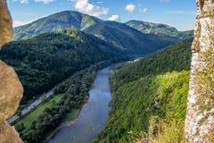 从Strecno老城堡的Vah河在北斯洛伐克 库存照片