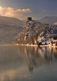 Замок зимы сказки и свое зеркальное отображение на поверхности реки, Strecno, Словакии Стоковые Фотографии RF