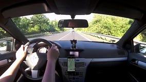 Stredohori Ceske, Τσεχία - 3 Ιουλίου 2017: οδηγώντας αυτοκίνητο Opel Astra Χ στη διαδρομή 15 που οδηγεί στις καλοκαιρινές διακοπέ απόθεμα βίντεο