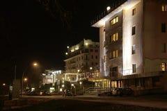 Streeet mau do kissingen com as casas iluminadas na noite Fotografia de Stock Royalty Free