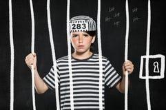 Streekjongen in gevangenis stock foto