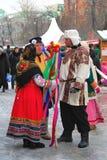 Streenactoren in kleurrijke nationale kostuumstribune op de straat Stock Foto's