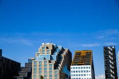 Streepjescodegebouwen in de stadscentrum van Oslo en hemel Stock Afbeeldingen
