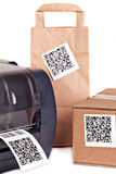 Streepjescodeprinter en verpakkende vakjes duidelijk met een streepjescode Royalty-vrije Stock Afbeelding