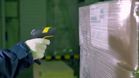 Streepjescodescanner De streepjescodescanner van het arbeidersgebruik voor het controleren van goederen bij een pakhuis 4K stock video