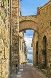 Street with arch, San Gimignano, Italy Stock Photography