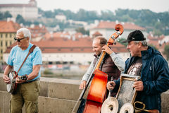 Street Buskers performing jazz songs on the Charles Bridge in Pr Stock Photos