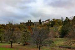Street Gardem和老镇爱丁堡王子在一多云秋天天 免版税库存照片