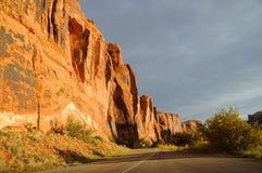 Street-Klippe nahe Moab lizenzfreie stockbilder