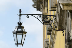 Street lamp. In the yellow building Royalty Free Stock Images