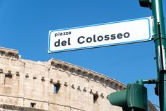 Street sign indicating directions to the roman Colosseum in Rome Stock Photo