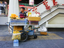 Street vendors selling fresh fruits and juice Royalty Free Stock Photos