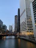 Street View de Chicago en el crepúsculo crepuscular fotografía de archivo