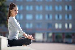 Street yoga: Ardha Padmasana Stock Images
