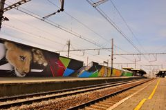 Streetart: καλλιτέχνης CaZn στον αντίθετο επαναλαμβανόμενο βανδαλισμό γκράφιτι, βελγικός σιδηροδρομικός σταθμός γκράφιτι Στοκ Εικόνες
