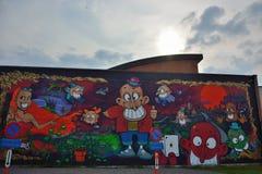 Streetart bonito, várias figuras em uma parede Fotos de Stock