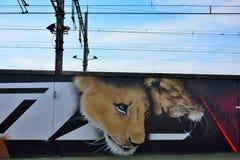 Streetart: de graffitivandalisme van CaZn To van de graffitikunstenaar tegen terugkomend, Belgisch station Stock Foto