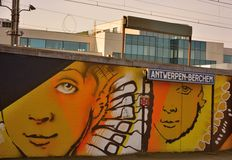 Streetart: graffiti artysta CaZn sprzeciwiać się powracającego graffiti wandalizm, Belgijska stacja kolejowa Zdjęcia Royalty Free