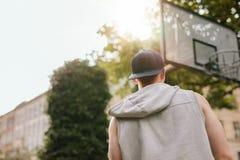 Streetball gracz stoi outdoors na sądzie Fotografia Royalty Free