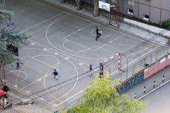 Streetball gracze na sądzie bawić się koszykówkę Obraz Stock