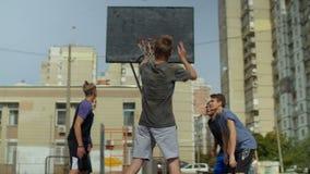 Streetball-Jugendlicher, der draußen einen Freiwurf verfehlt stock video footage