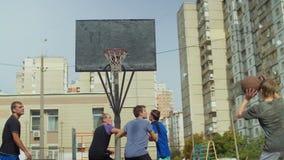 Streetball-Jugendlicher, der einen Schuss nach Vorlage verfehlt stock video